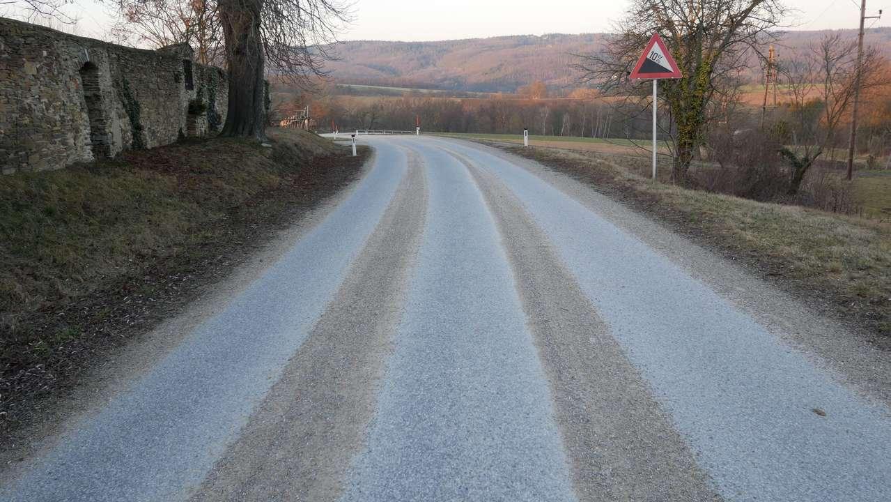 Die typische Anordnung von Splittstreifen auf einer Gemeindestraße, die eine Woche lang nicht gekehrt wurde.