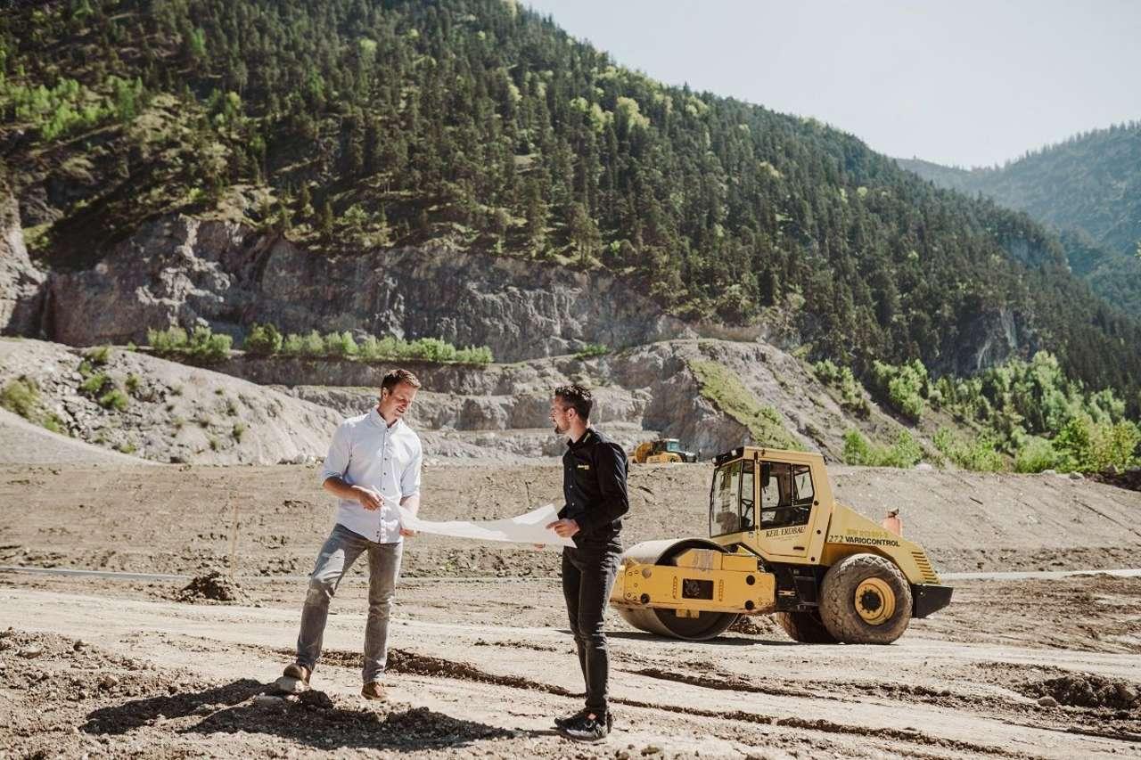 Im Bild von links nach rechts: Bauleiter Markus Neumayr, ÖAMTC Fahrtechnik Zentrumsleiter Manfred Pfeiffenberger (Fotocredit: Branislav Rohal)