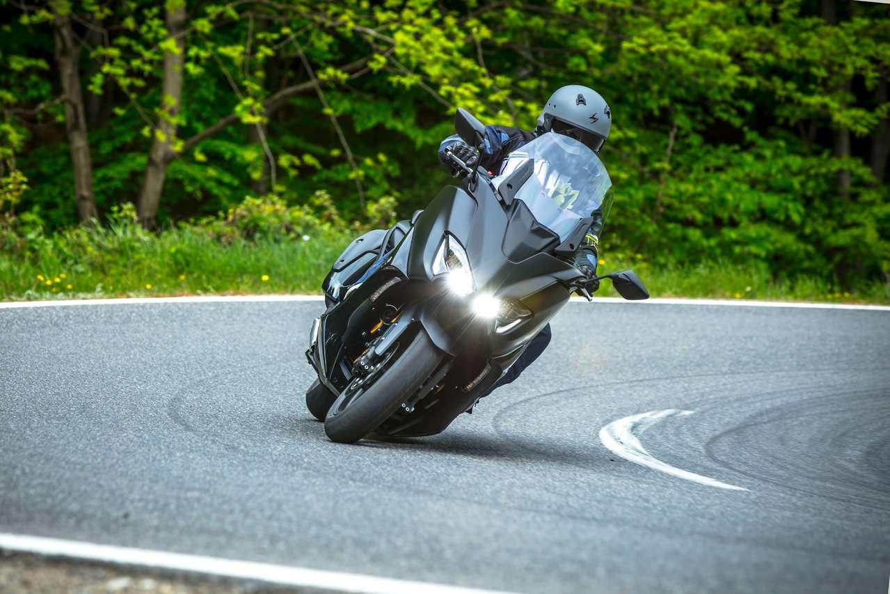 Yamaha TMAX Tech MAX 2020 - viel Schräglagenfreiheit bis der schleifende Hauptständer zur Mäßigung mahnt.