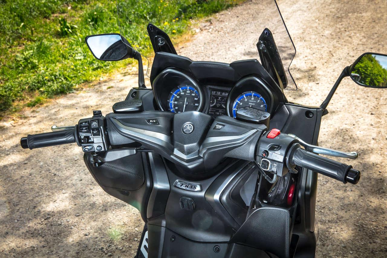 Im Keyless-Go-Cockpit findet sich eine Synthese von moderner Ausstattung mit analogen Rundinstrumenten. Das Handschuhfach mit 12-V-Anschluss ist schmal und tief.