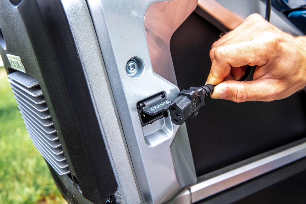 Praktisch: geladen wird mittels Kaltgerätestecker an der 220-V-Steckdose