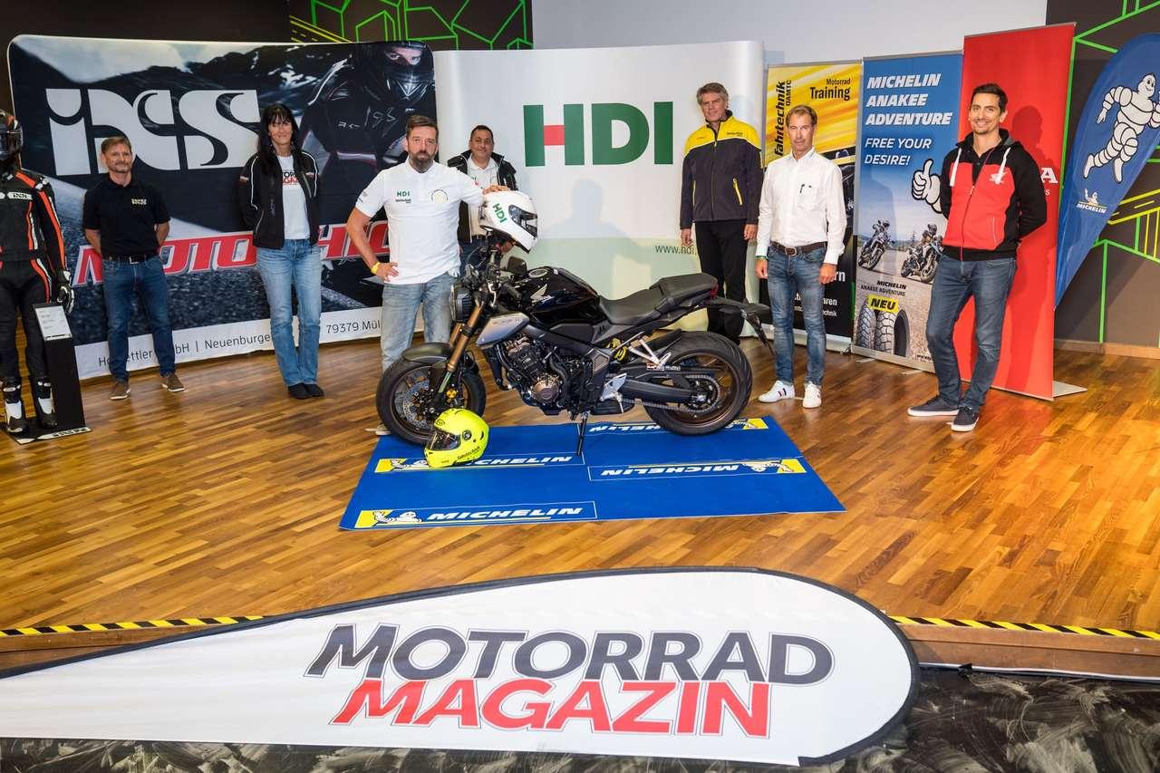 Österreichs sicherster Motorradfahrer 2020: Christian Schicker im Kreis der Veranstalter und Unterstützer. Alle Fotos © ÖAMTC Fahrtechnik/Branislav Rohal