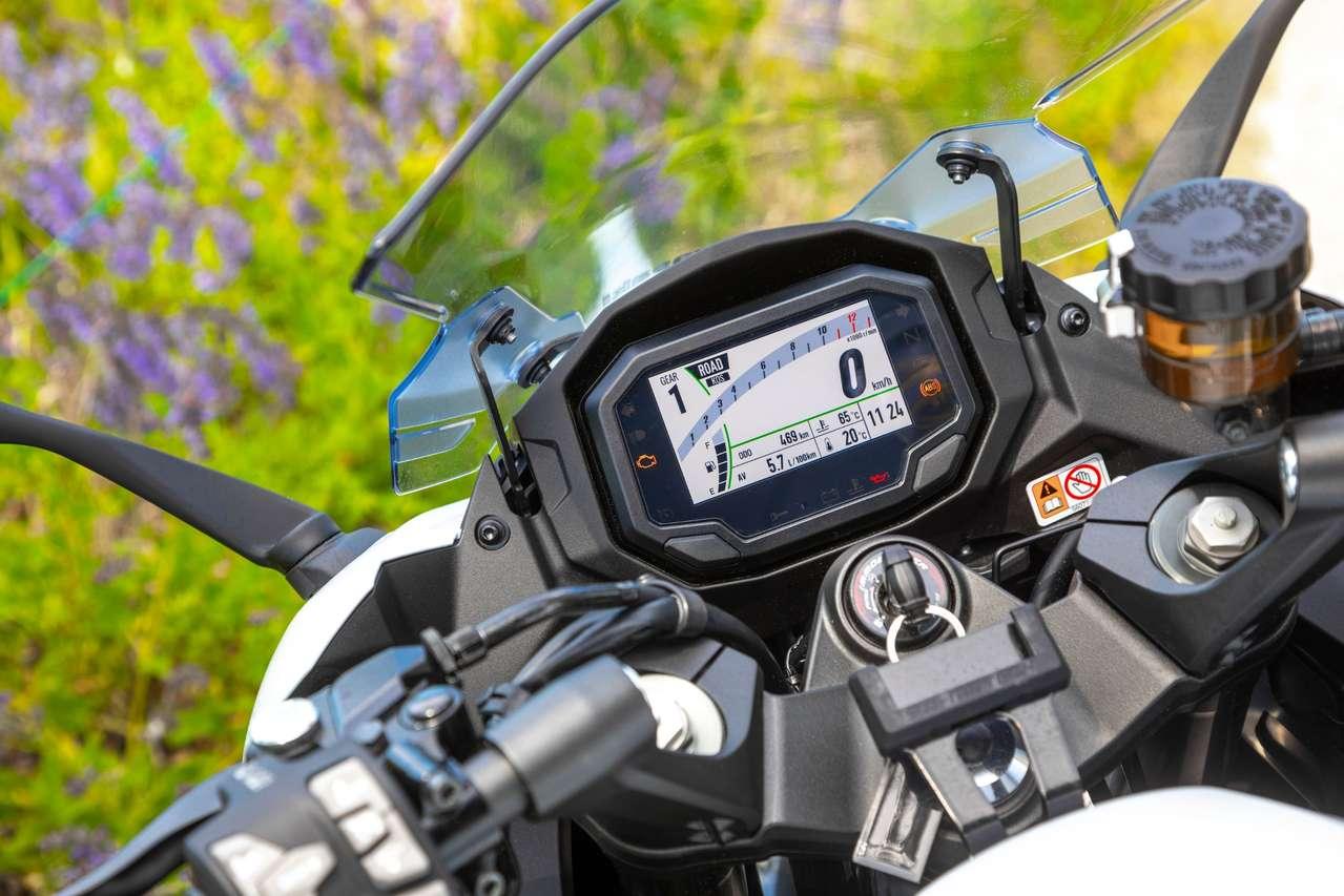 Das TFT-Cockpit ist mit der hauseigenen Kawa-App Rideology koppelbar