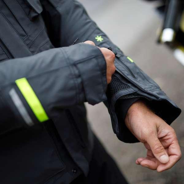 Weite Ärmel-Öffnungen für leichtes An- und Ausziehen der Handschuhe.