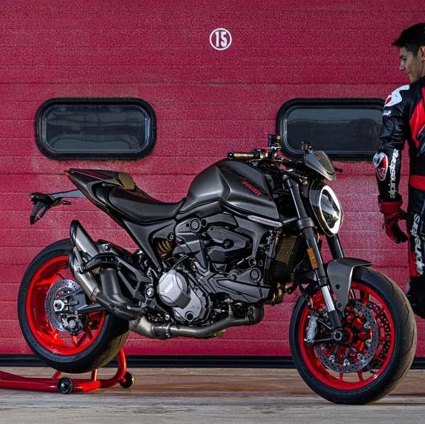 Der neue WSBK-Werksfahrer Michael Ruben Rinaldi und die ebenfalls neue Ducati Monster.