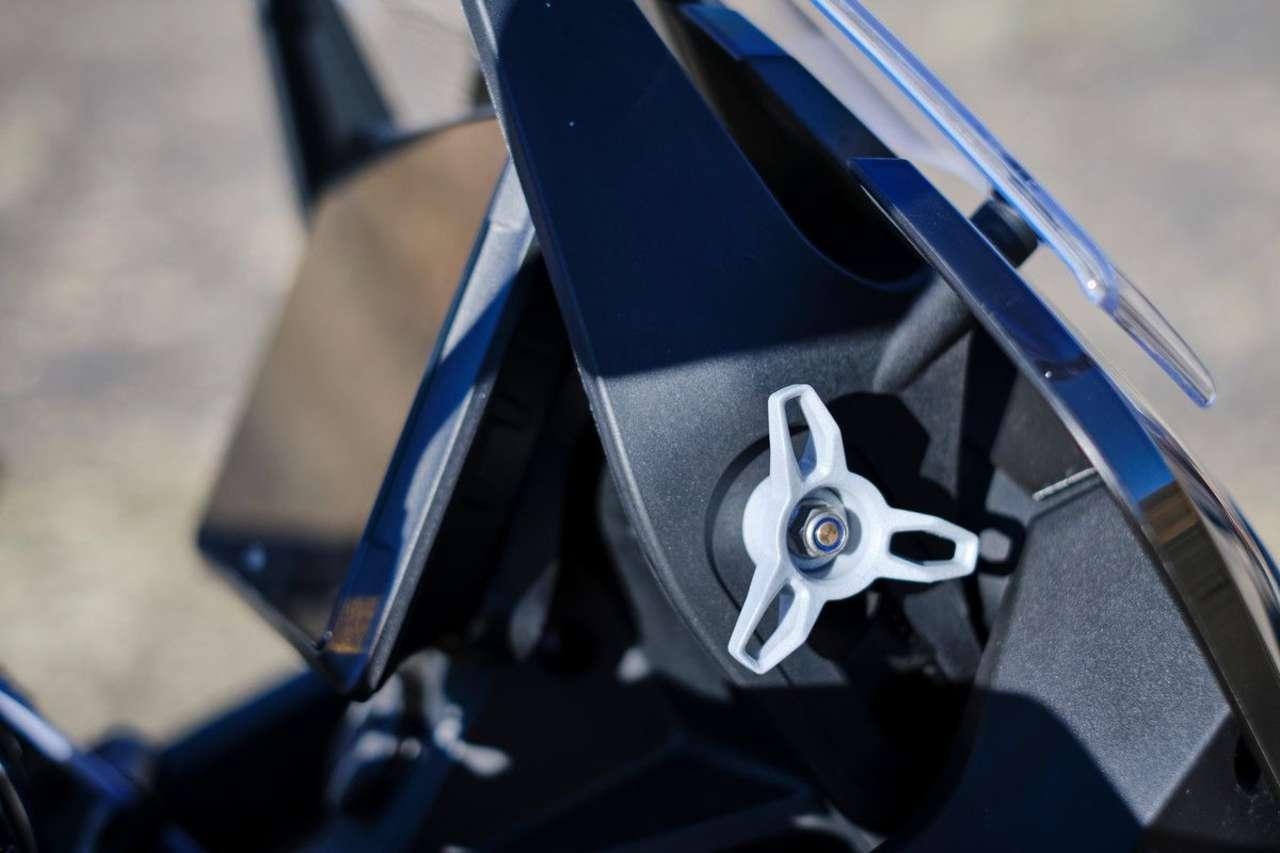 Der Windschild kann über zwei Handräder (auch einhändig) um 55 mm verstellt werden.