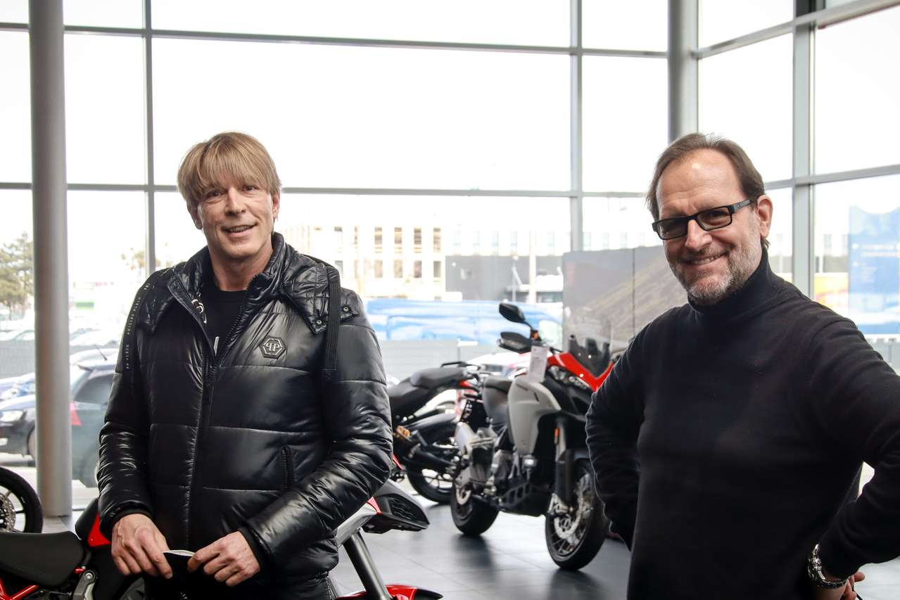 Moderator Dominic Heinzl mit dem Sprecher des österreichischen Zweiradhandels Ferdinand Fischer