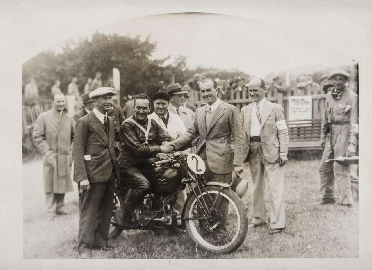 Die Gründerväter Carlo Guzzi (l.) und Giorgio Parodi (r.) mit Superstar Stanley Woods, der 1935 zum ersten Mal mit einem ausländischen Fabrikat die TT gewinnen konnte –gleich in zwei Klassen!