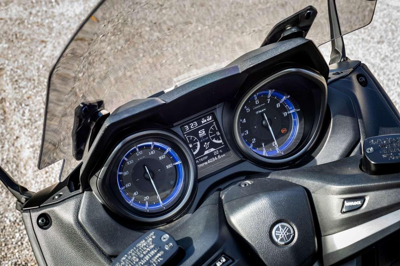 Das Cockpit sieht sportlich aus, das LCD ist zu klein. Den platzgreifenden Drehzahlmesser braucht man eher nicht.