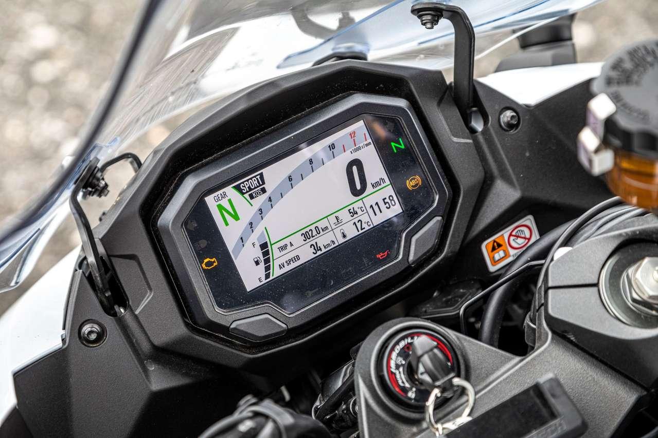 Tadellose Lesbarkeit bei allen Lichtbedingungen garantiert das TFT-Cockpit. Eine 12-V-Dose fehlt.