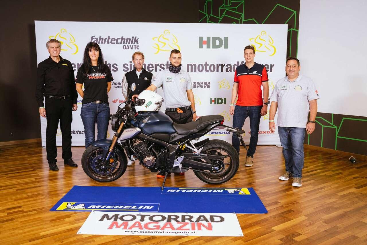 Der glückliche Gesamtsieger: Benjamin Wohlgemuth mit seiner brandneuen Honda CB650R, flankiert von Karl-Martin Studener (ÖAMTC Fahrtechnik), Beate Gangelberger (Motorradmagazin), Armin Güldner (Michelin), Niki Stadler (Honda Austria) und Markus Köninger (HDI)