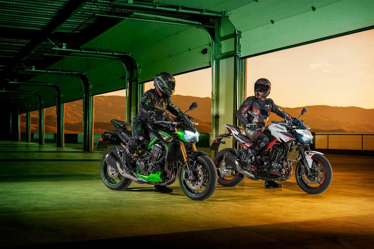 Die neue Kawasaki Z900 SE (links) und das Standardmodell – Letztereserkennbar an den schwarzen Gabelrohren.