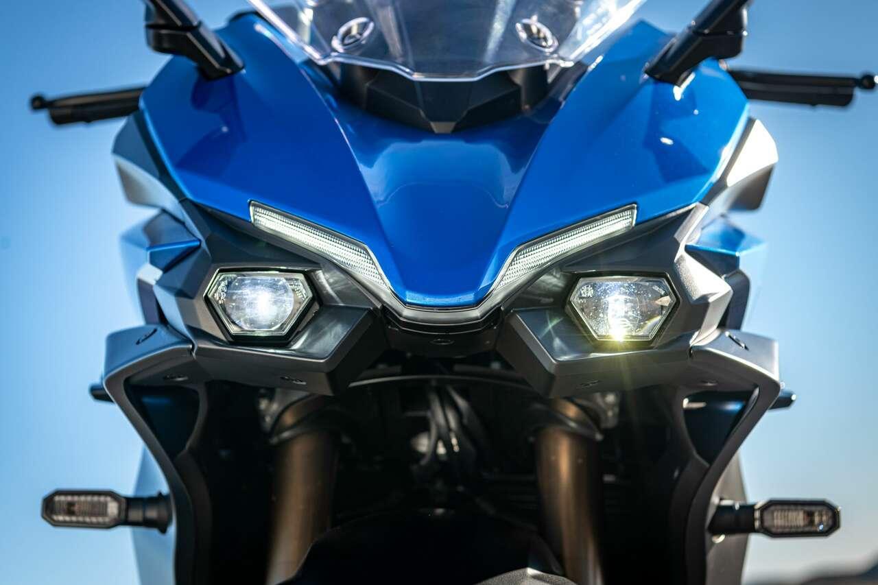 Nur mit Fernlicht glüht die GT symmetrisch.