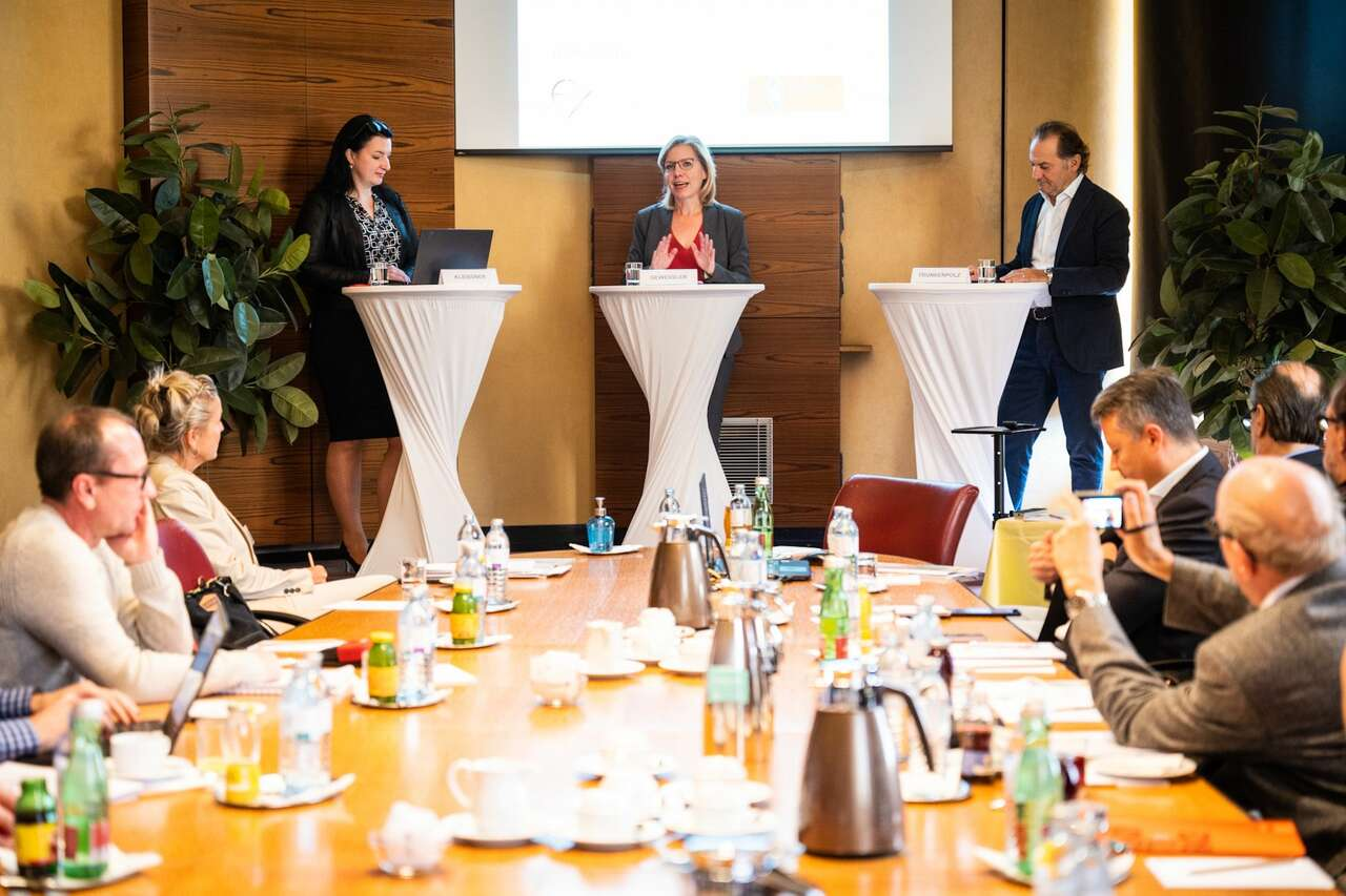 Präsentation der Studie Motorradwirtschaft in Österreich – v.l.n.r. Anna Kleissner (Economica), Eleonore Gewessler (Die Grünen), Hubert Trunkenpolz (Arge 2Rad)